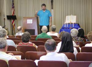 Ralph Modica enseñando en la Escuela de Evangelización