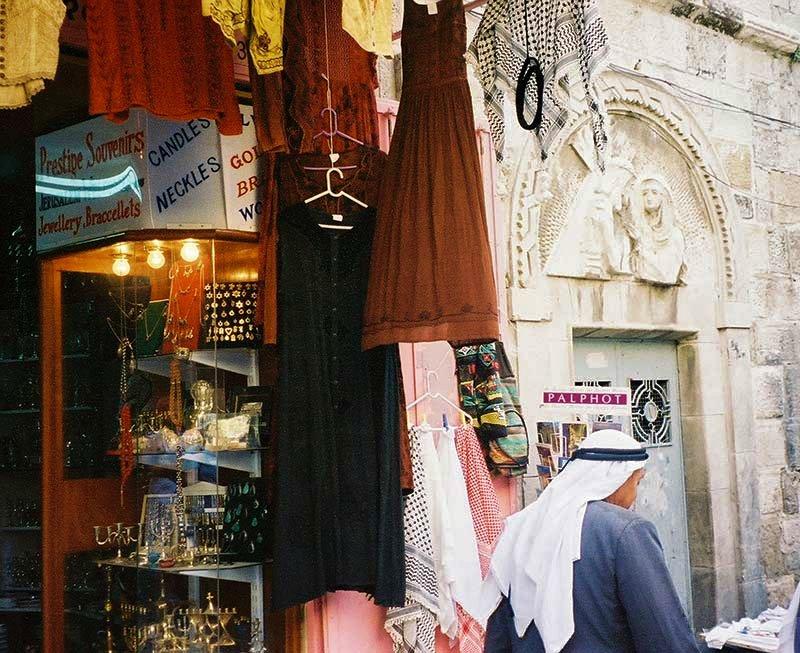 Tiendas mezcladas con Estaciones de la Cruz, imágenes en piedra o pinturas