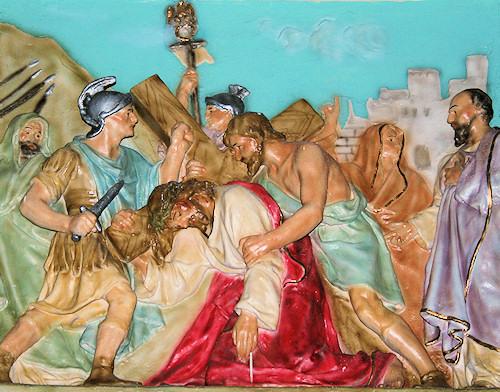 Simón de Cirene ayuda a Jesús a cargar con Su cruz